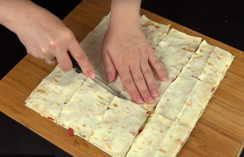 Очень вкусная закуска из овощей, колбасы и лаваша – просто пальчики оближешь!