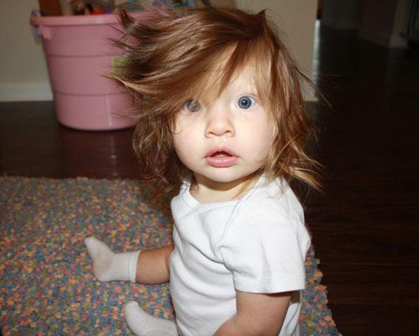 15 смешных и милых фото детей, которые родились с волосами – они совсем другие!