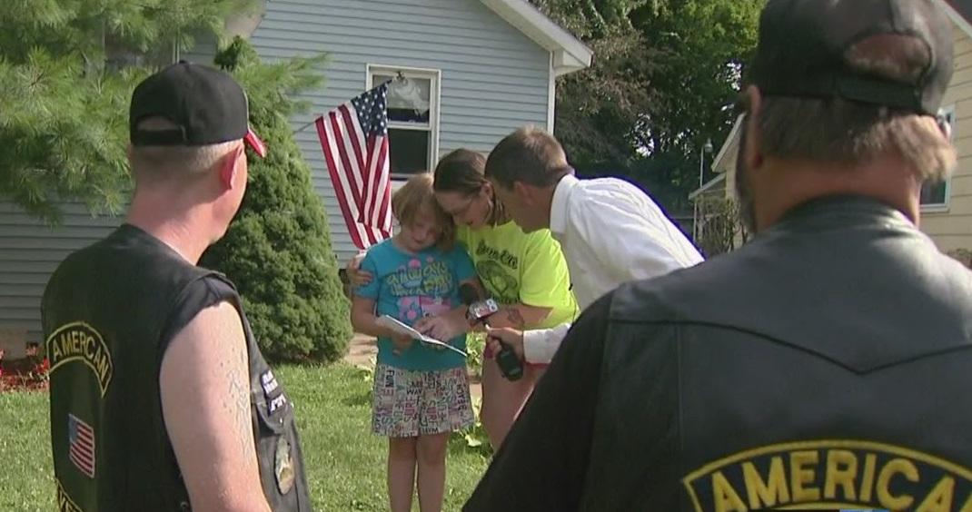 Группа байкеров приехала поддержать семилетнюю девочку, которую третировал соседский мальчишка…