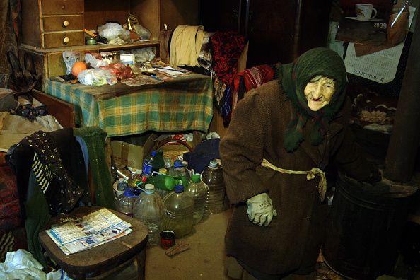 Одинокой старушке соседи помогали, чем могли. И вдруг стало известно, что она получила наследство – миллион долларов!