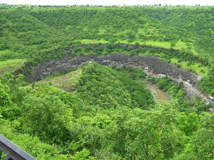 Преследуя в горах тигра, мужчина случайно нашел эту пещеру и обомлел от красоты…