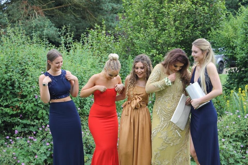 Пятеро выпускниц сделали красивое прощальное фото, которое сразу разошлось по сети! Поняли, что здесь не так?