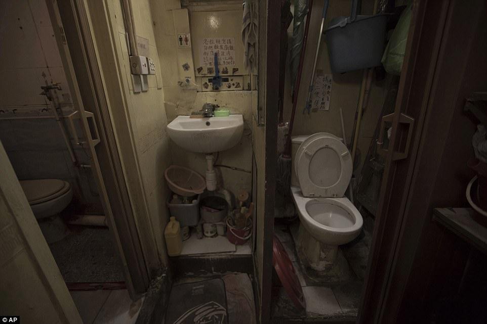 Хотите посмотреть, как живут гонконгцы в невообразимо тесных «домах-гробах»? Да, именно так их называют!