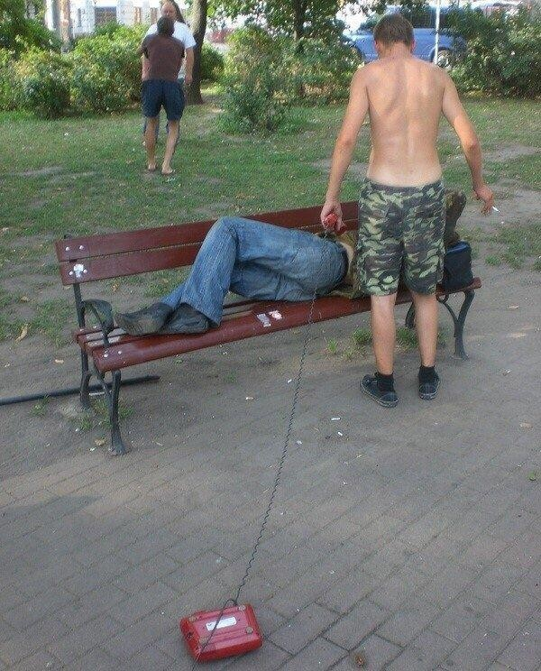 Оказывается, у скамеек, лавочек и других конструкций российских дворов очень интересная и насыщенная жизнь!