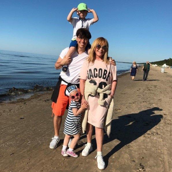 Максим Галкин поделился фотографиями семьи. Аллу просто не узнать