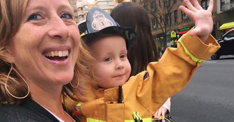 Когда трехлетний малыш бросился в объятия пожарного, у всех выступили слезы на глазах!..