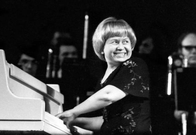 Недавно у Александры Пахмутовой был День рождения. Давайте вспомним все ее великолепные песни!