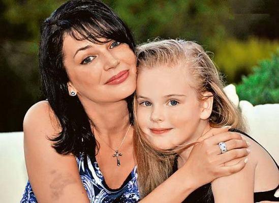 Вдова и дочка Александра Абдулова взорвали сеть красотой и трогательностью! «Наконец-то в ее глазах появился блеск…»