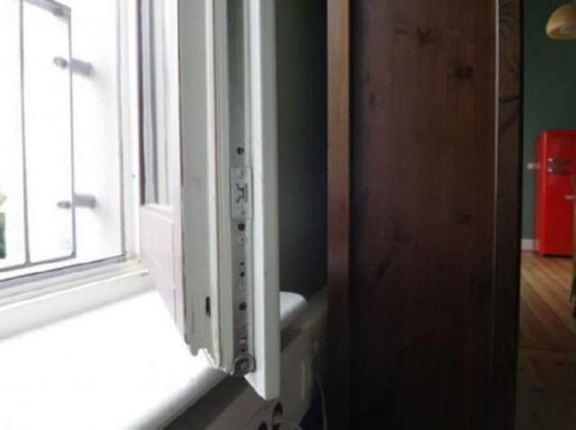 Просто покрутите винт в оконной раме, чтобы в зимнюю пору в помещении было тепло!