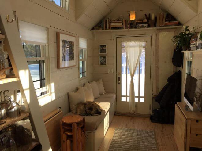 Только представьте: в этом доме проживает три человека! Смотрите, как уютно внутри и здорово!