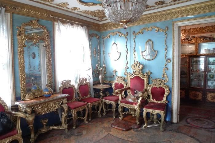За стенами ничем не примечательного домика скрыты хоромы, достойные цариц и царей! Смотрите!