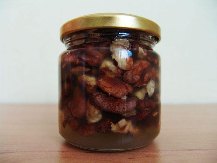 Великолепное средство, которое рекомендуют врачи: мед и грецкие орехи – не просто вкусно, но и полезно!