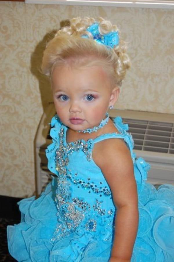 Только посмотрите на эту девочку, которую мама с 2 лет пыталась превратить в модель! Она выросла!