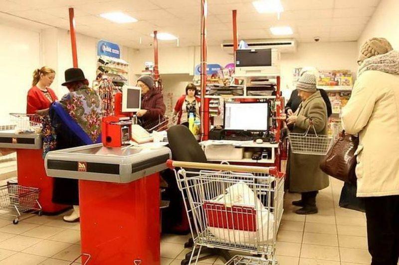 Анекдот: только посмотрите, как веселая старушка отомстила злобной кассирше в магазине!