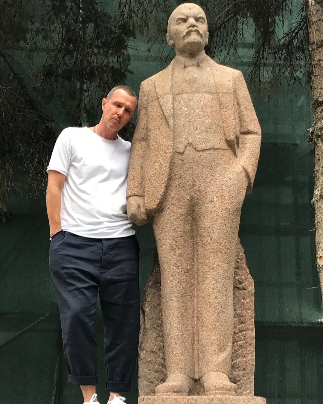 Игорь Верник решил честно рассказать про свою жизнь и показал, с кем живет, как живет, о чем мечтает