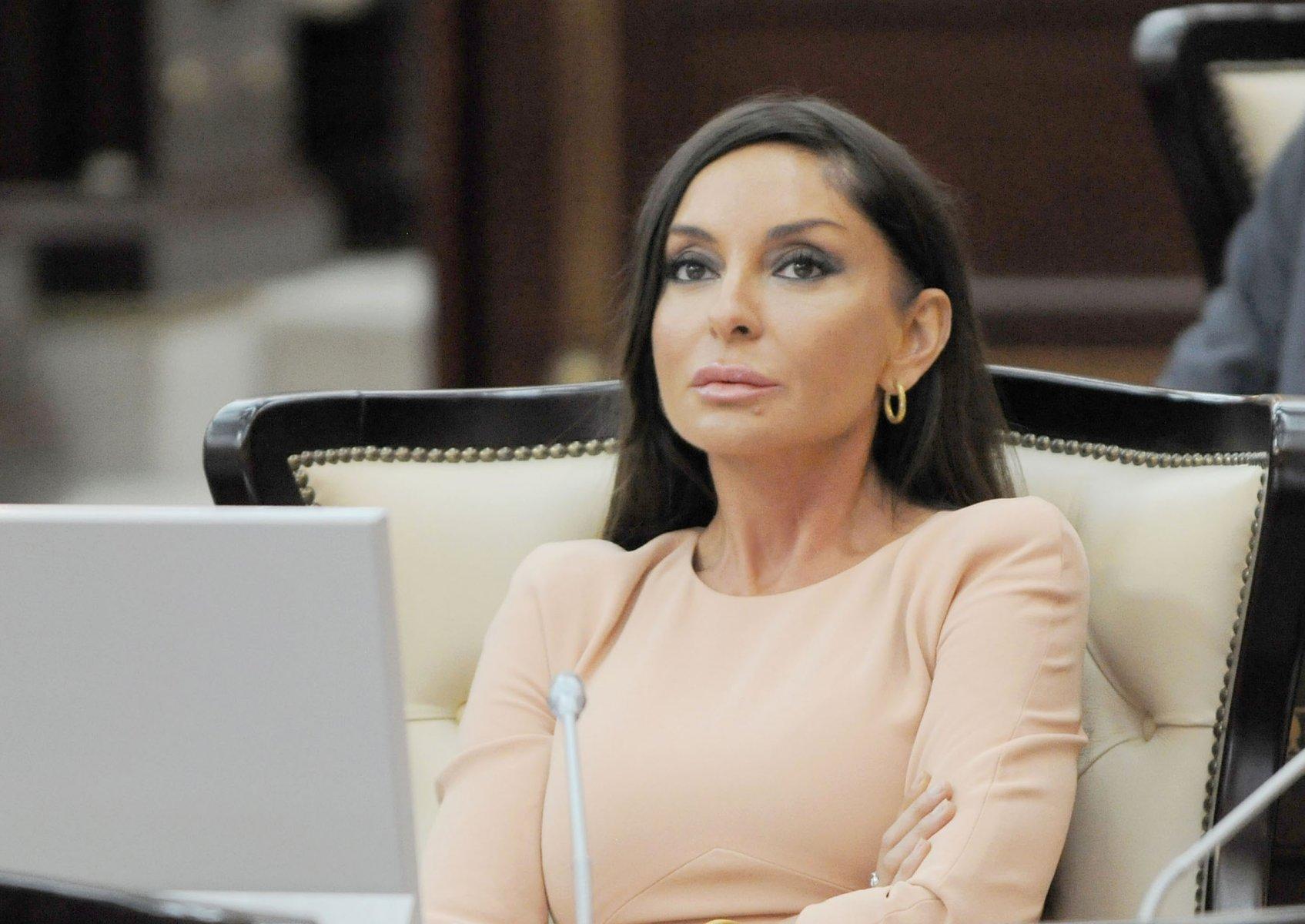 Женщина, которая готова соперничать с Меланией Трамп по части шика и вкуса – первая леди Азербайджана!