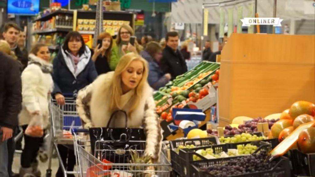 Когда в супермаркете заиграла известная мелодия, один посетитель решил действовать… К нему присоединился охранник…