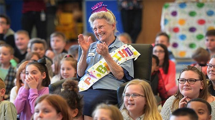77-летнюю уборщицу вызвали в столовую… Когда она пришла, тут же схватилась за сердце!