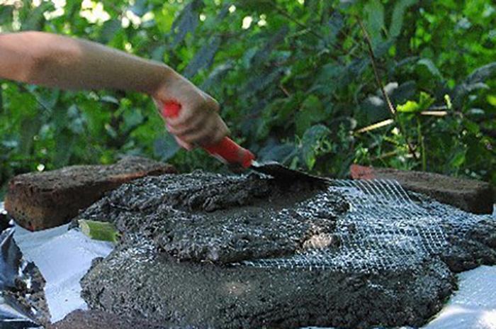 Когда она взяла листья лопуха и начала покрывать их цементом, все недоумевали. То, что получилось в итоге, ошеломляет