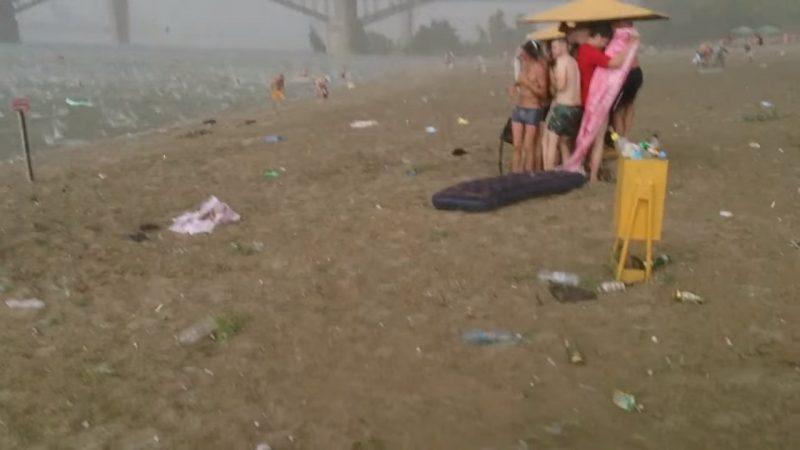 Не прошло и минуты, как пляж превратился в ад! Лишь посмотрите, какому испытанию подверглись отдыхающие!..