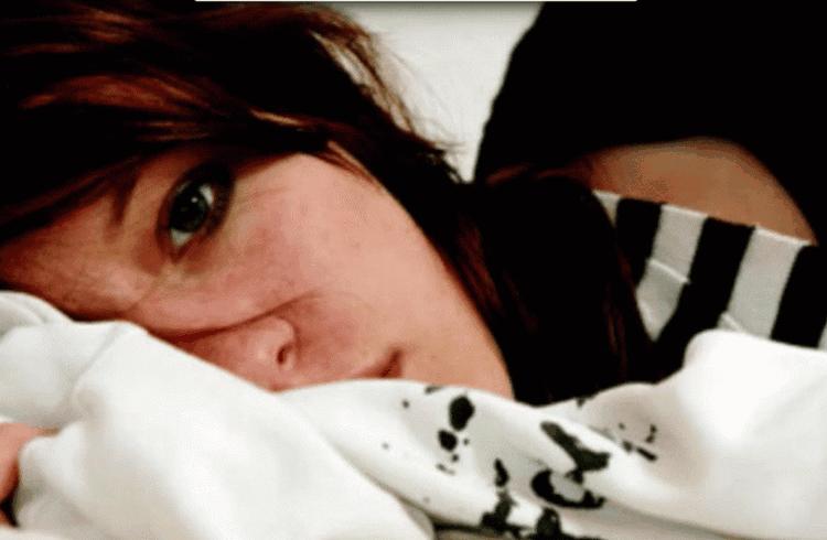 Она залезла под кровать и притаилась… Очень хотелось своего проверить парня на верность. И вот что из этого получилось!