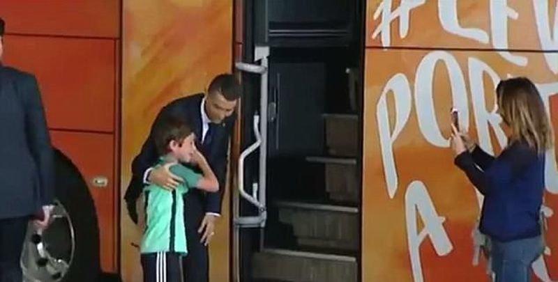 Криштиану Роналду задержал автобус всей команды, чтобы развеселить плачущего ребенка