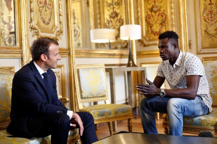 Молодой мигрант смог ловко заскочить на четвертый этаж и спасти ребенка! А потом превратиться в национального героя Франции!