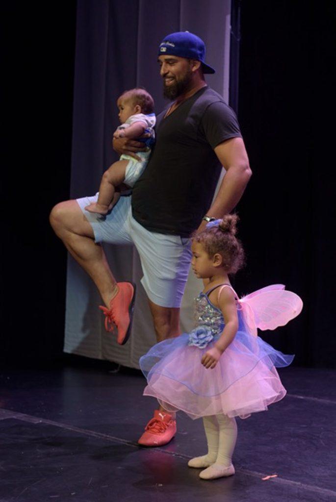 Супер-папа выскочил на сцену и начал исполнять танец лебедят, чтобы дочке помочь, которая вдруг растерялась…
