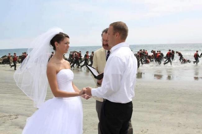 Смешные и неожиданные фото со свадеб, где удалось очень четко словить момент