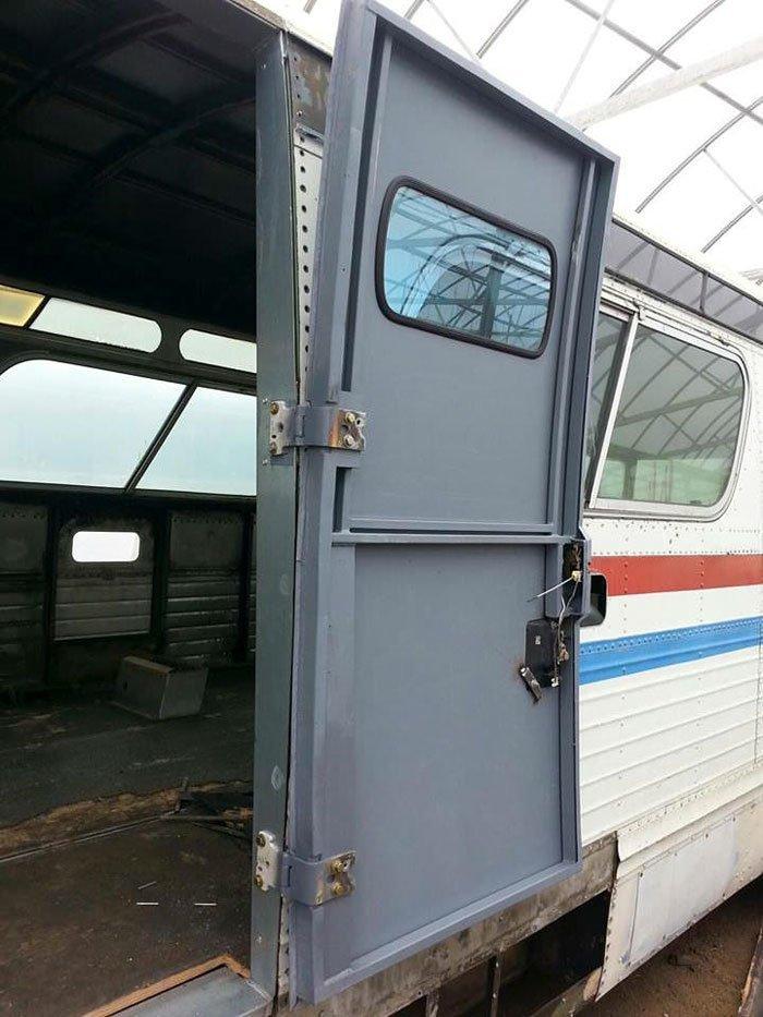 Девушка умудрилась превратить старый раздолбанный автобус в царские хоромы – это нужно видеть (+фото)