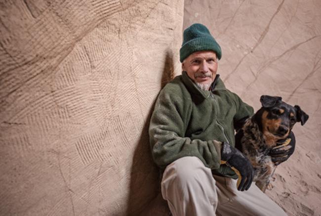 Вот уже 25 лет отшельник вместе с собакой живет в пещере. Каждый, кто туда входит, теряет дар речи…